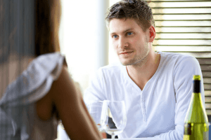من النظرة الأولى ما الذي يثير انتباه الرجل في المرأة؟