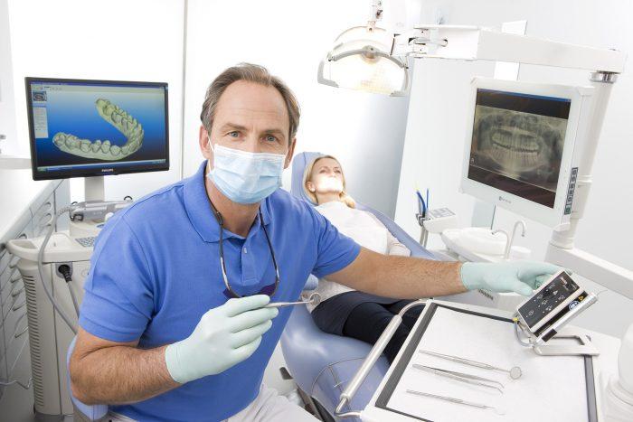 طبيب أسنان