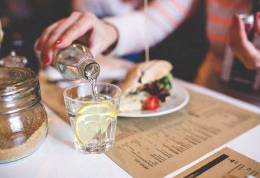هل شرب الماء يزيد الوزن؟ وما العلاقة بين الماء ووزن الجسم؟